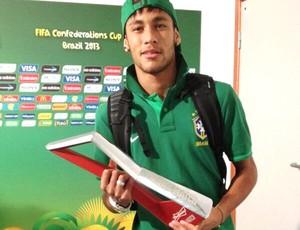 neymar com troféu de melhor em campo (Foto: Reprodução / Twitter)