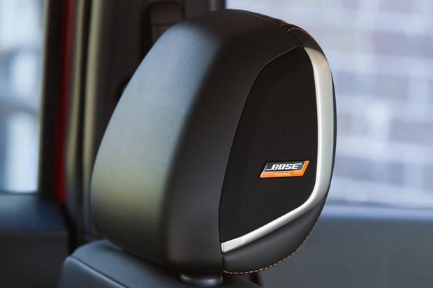 Sistema de som Bose tem dois pequenos alto-falantes dentro do encosto do motorista (Foto: Divulgação)