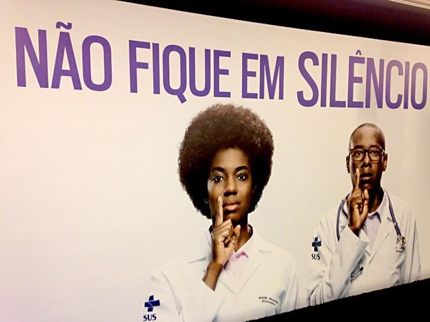 """Peça publicitária da campanha """"Racismo faz mal à Saúde. Denuncie!"""" (Foto: Natalia Godoy/G1)"""