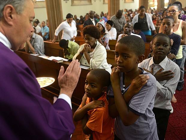Sul-africanos participam de missa no dia 3 de março em Joanesburgo. Católicos do país esperam que o novo Papa ajude a prevenir a propagação da Aids, saiba lidar com gestações resultante de estupros, a pobreza e o desprezo pelas mulheres (Foto: AP)