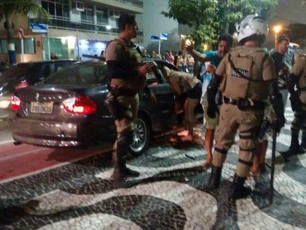 Uma BMW e um Voyage foram destruídos por pessoas que passavam pela avenida (Foto: PM/Divulgação)