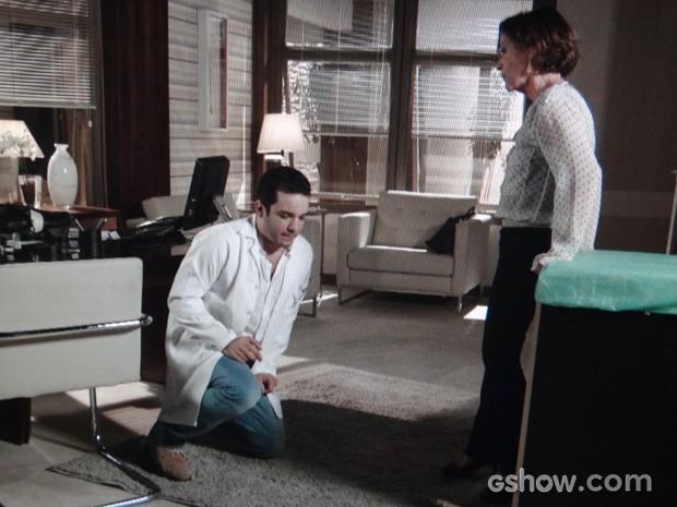 Chica faz o filho prometer que vai se curar do alcoolismo (Foto: Em Família/TV Globo)