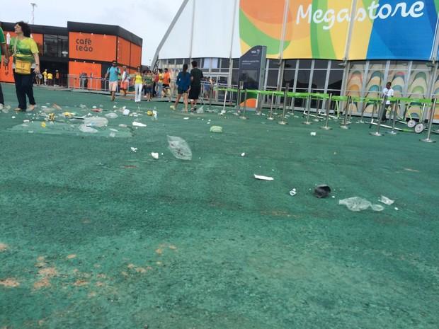 Ventania deixou área de alimentação suja no Parque Olímpico (Foto: Lívia Torres/G1)