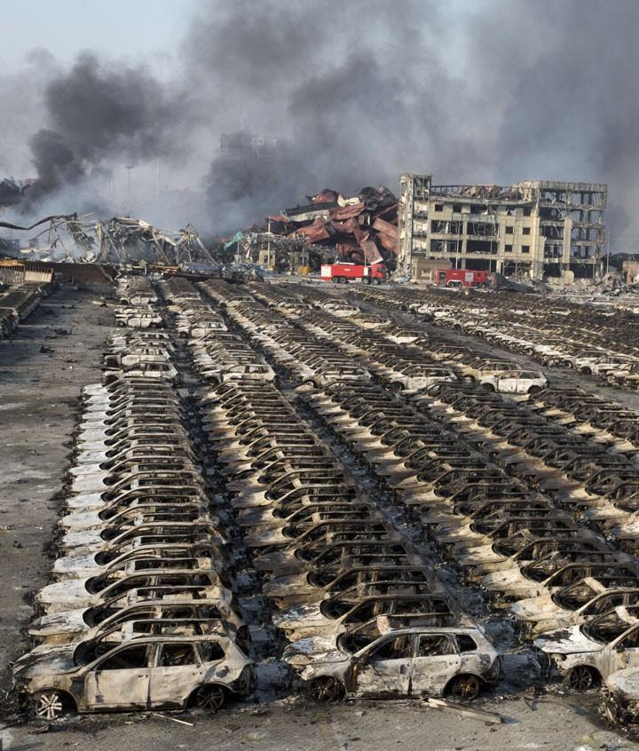 Veículos destruídos pela explosão em Tianjin (Foto: Ng Han Guan/AP Photo)