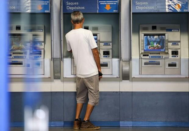 Contribuinte checa conta inativa do FGTS em agência da Caixa (Foto: Marcelo Camargo/Agência Brasil)