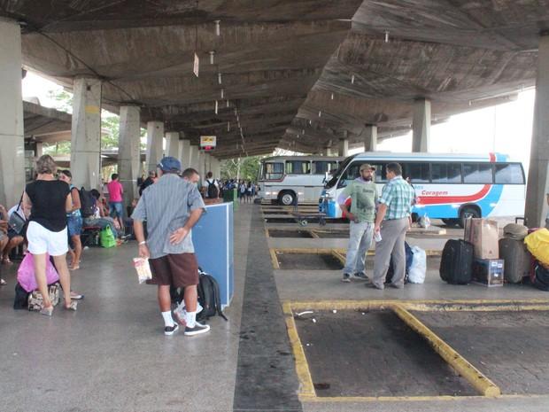 Turistas reclamam da falta de bancos e estrutura precária do terminal (Foto: Catarina Costa / G1)