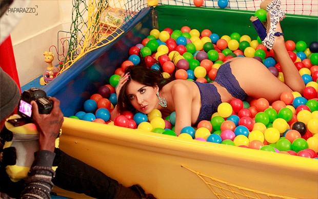 Making of de Jennifer Pamplona posando para o Paparazzo (Foto: Mariana Gibara / Paparazzo)