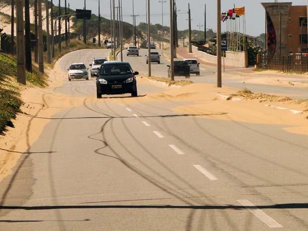 Via Costeira também está sendo tomada pelas dunas (Foto: Ricardo Araújo/G1)