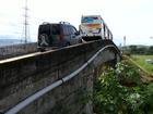 Estreito e com problemas estruturais, viaduto oferece riscos em Resende