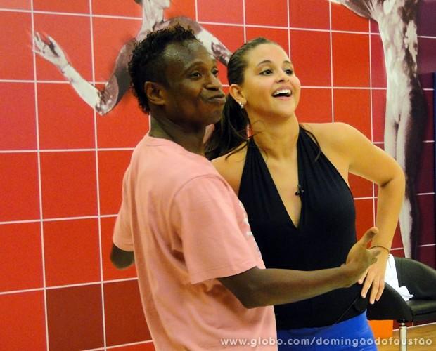 Ex-jogador faz careta durante o ensaio (Foto: Domingão do Faustão / TV Globo)