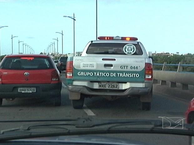Carro do Grupo Tático de Trânsito passou ao lado do condutor alcoolizado, mas nada foi feito (Foto: Reprodução/TV Mirante)
