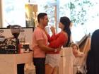 É o amor... Débora Lyra e Marlos Cruz beijam muito em shopping