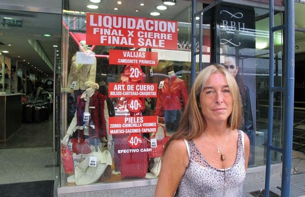 Alejandra Estatoet é vendedora há 35 anos na Florida e diz que viu 'um montão de lojas fecharem' (Foto: Giovana Sanchez/G1)