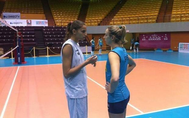 Elitsa Vasileva e Pri Daroit dão pausa nos treinos e colocam o assunto em dia (Foto: Divulgação/CBV)