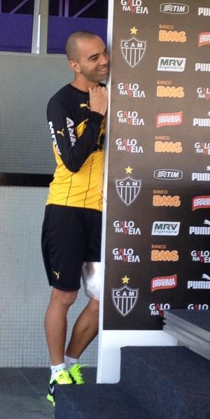 Tardelli espiando entrevista de Otamendi (Foto: Luciana Machado)