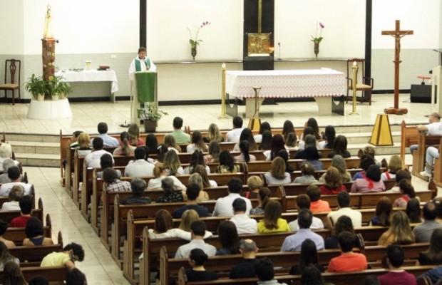 Familiares homenageiam namorada de Cristiano Araújo em missa de 7º dia da jovem Allana Moraes, em Goiânia, Goiás (Foto: Reprodução/O Popular)