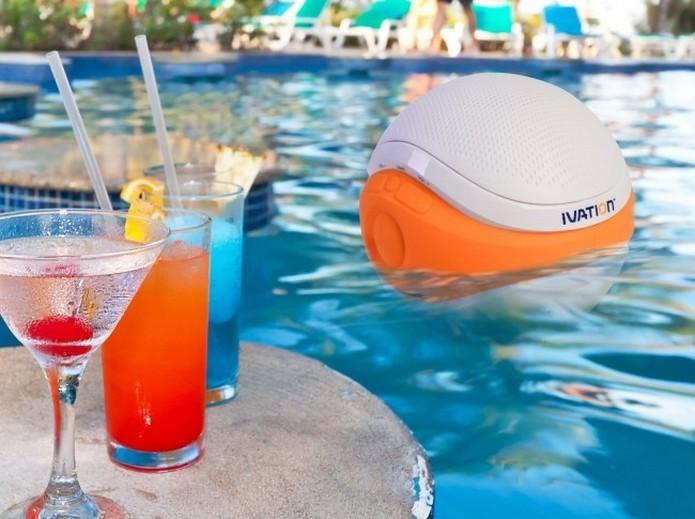 Caixa de som Bluetooth flutua na água da piscina (Foto: Divulgação/Ivation)