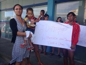 Esposa de Crismaycun (com filho no colo) diz que ele está sendo injustiçado (Foto: Roberta Cólen/G1)