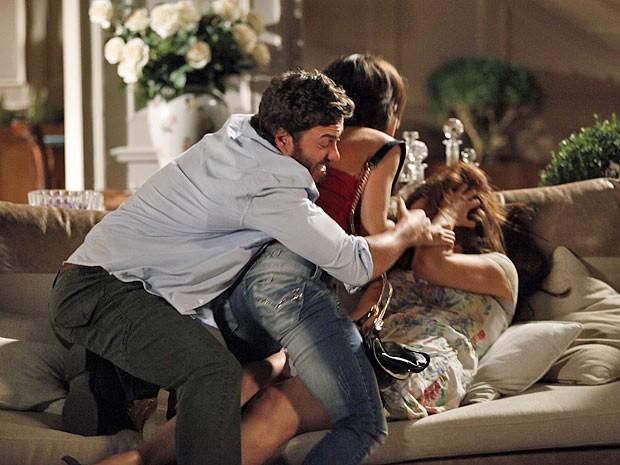 Valéria se atira em cima de Elisa e Rodrigo tenta detê-la (Foto: Amor Eterno Amor/TV Globo)