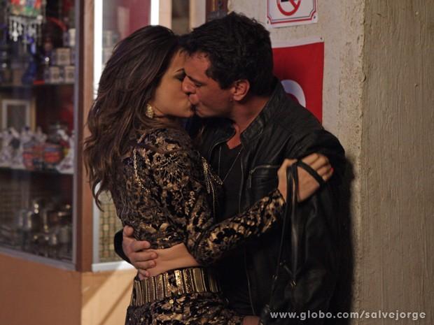 Morena e Théo se beijam para chamar atenção da polícia (Foto: Salve Jorge/TV Globo)