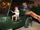 De pernas à mostra, Adriane Galisteu se diverte com o filho em festa