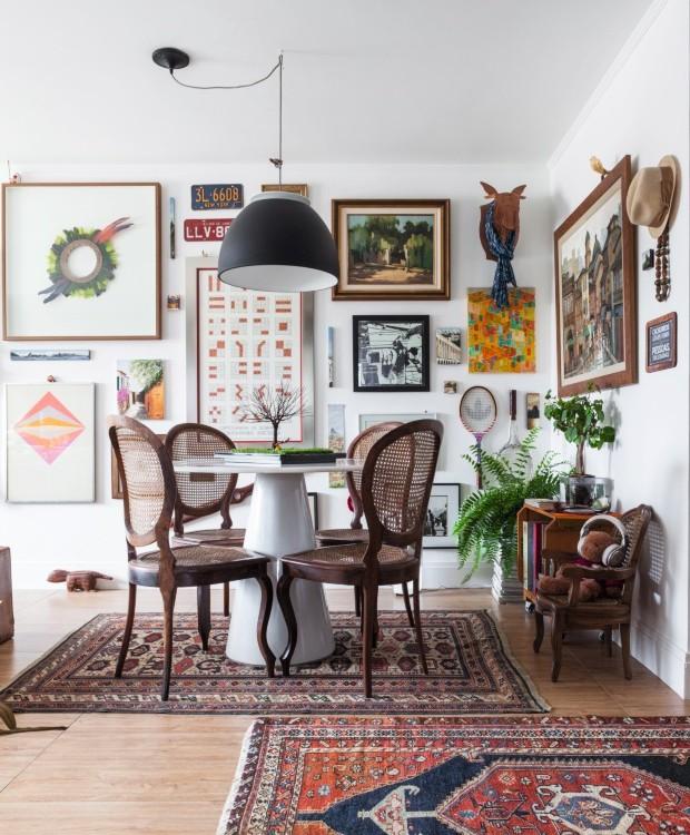 Mesa da sala com desenho moderno e cadeiras antigas (Foto: Lufe Gomes / Editora Globo)