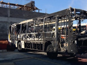 Ônibus ficou destruído em Varginha, MG (Foto: Claudemir Camilo / EPTV)