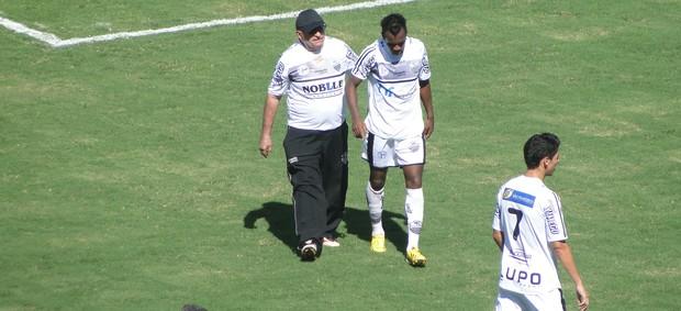 Magalhães, do Comercial, sai machucado contra o São Carlos (Foto: João Fagiolo)