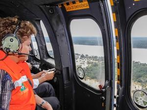 A presidente Dilma Rousseff observa áreas alagadas em Rondônia (Foto: Roberto Stuckert Filho/PR)