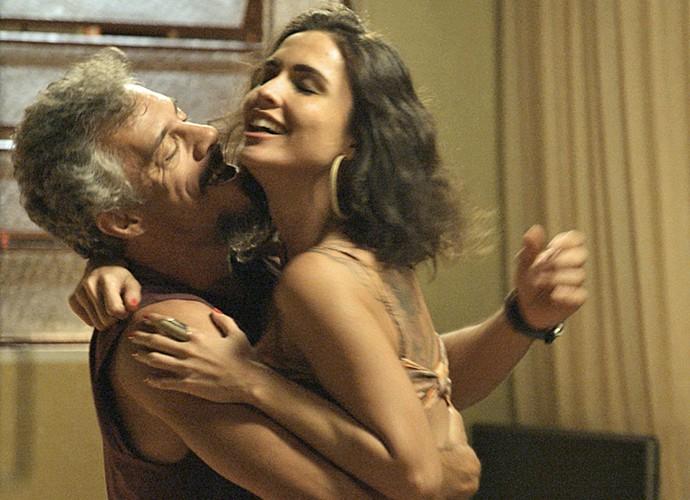 Juca leva amante para casa (Foto: TV Globo)