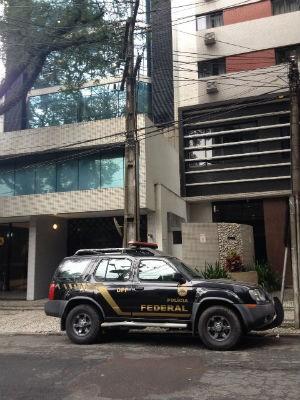 PF cumpre mandado de busca e apreensão no escritório de Guilherme Gonçalves, em Curitiba (Foto: Karine Garcia/ RPC Curitiba)