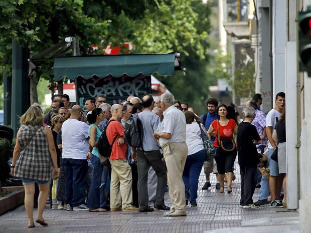 Fila em caixa eletrônico em Atenas, na Grécia, neste domingo (28) (Foto: Yannis Behrakis/Reuters)