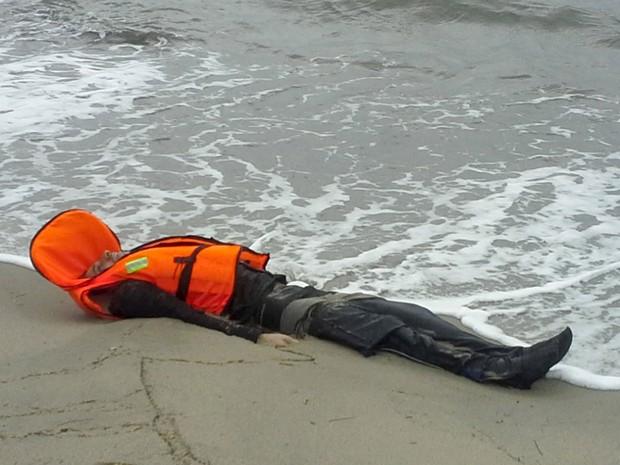 Corpo de migrante é encontrado nesta terça-feira (5) na cidade de Ayvalik, na Turquia, após naufrágio no Mar Egeu (Foto: Cihan News Agency/ Reuters)