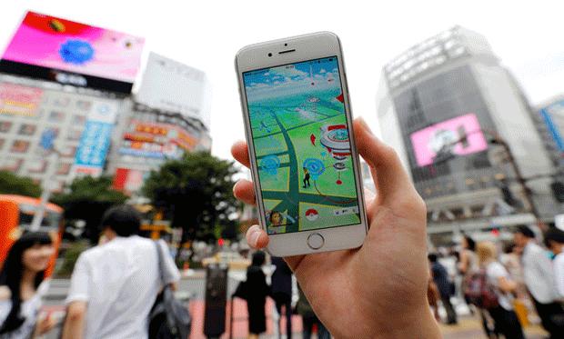 Jogador de Pokémon Go em distrito de Tóquio (Foto: Reuters)