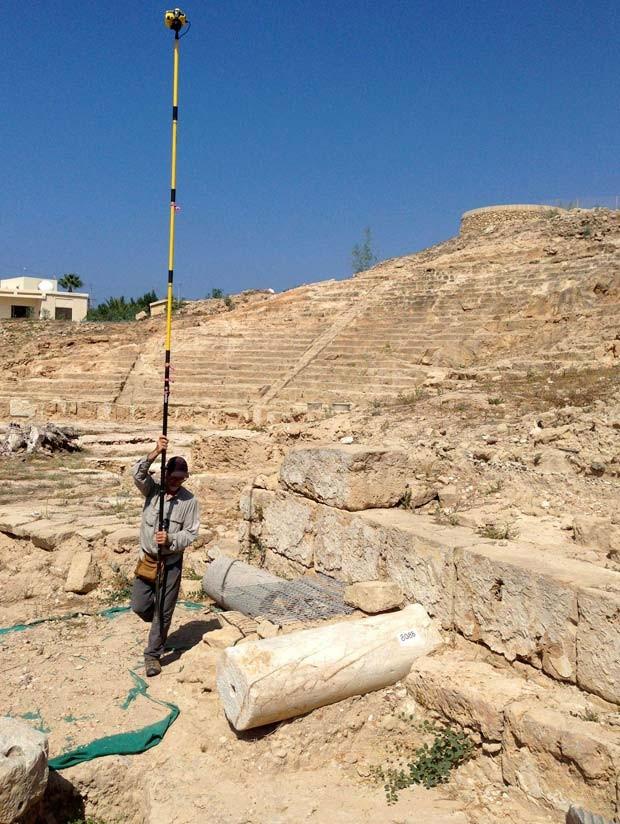 Foto de setembro divulgada nesta sexta-feira (6) mostra pesquisador australiano conduzindo pesquisa fotográfica em Nea Paphos, no Chipre (Foto: AFP PHOTO / HO / CYPRUS )