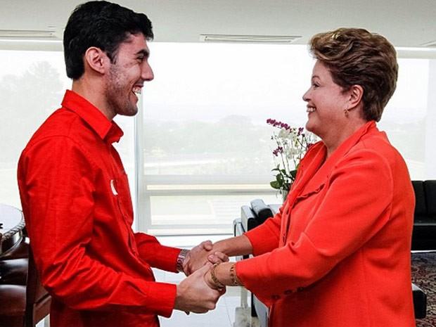 O humorista Jéferson Monteiro e a presidente Dilma Rousseff ao final do encontro nesta sexta (27) em foto divulgada na conta no Instagram do Palácio do Planalto  (Foto: Foto: Roberto Stuckert Filho/Presidência/Instagram)