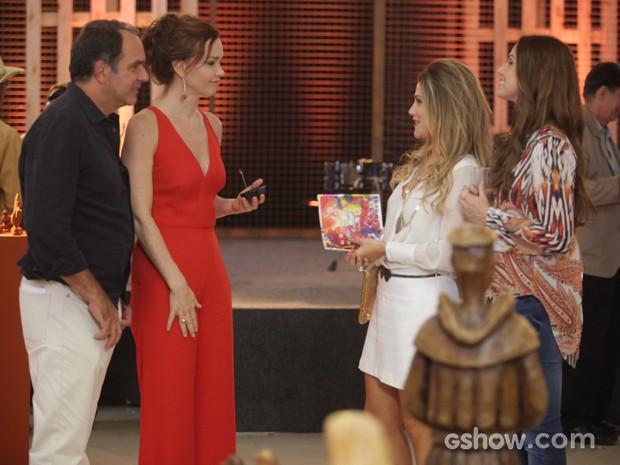 Shirley chega com Rafaela e não perde a oportunidade de alfinetar Virgílio e Helena (Foto: Pedro Curi / TV Globo)