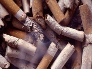 Inclinações fumando apresentação de álcool