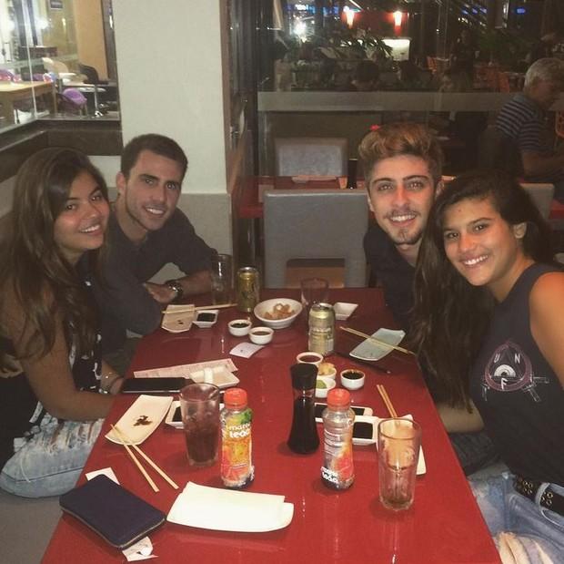 Eike Duarte e Giulia Costa jantam com amigos (Foto: Instagram / Reprodução)