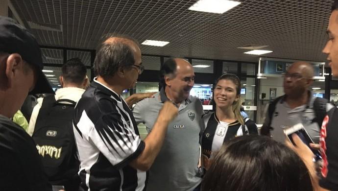 Delegação do Atlético-MG foi recepcionada por torcedores na chegada a Salvadore (Foto: Divulgação)