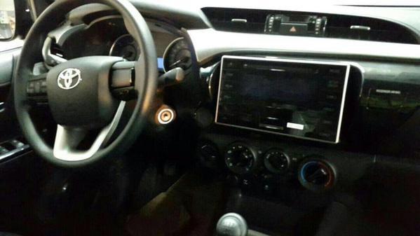 Painel da nova Toyota Hilux é parecido com o do Corolla (Foto: Reprodução)