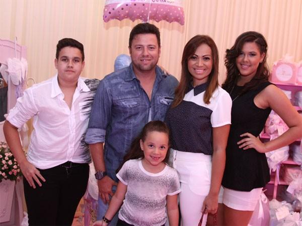 Solange Almeida, do Aviões do Forró, com o marido Wagner Miau, e os filhos (Foto: Divulgação)