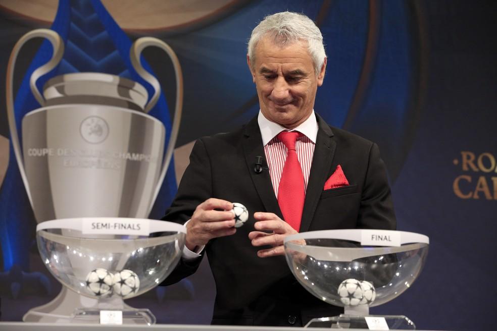 Ian Rush sorteia semifinais da Liga dos Campeões (Foto:  Reuters / Pierre Albouy)