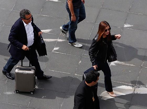 João Santana e a esposa desembarcaram no Aeroporto de Guarulhos e foram acompanhados por agentes da Polícia Federal para a delegacia. (Foto:  Edilson Dantas / Ag. O Globo)
