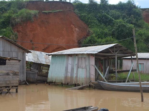 Casas foram atingidas após deslizamento de terras em Rosrigues Alves (Foto: Adelcimar Carvalho/G1)