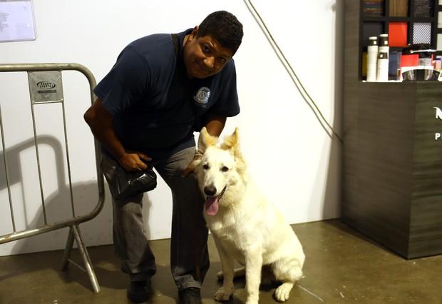 Cachorro nos backstage da grife Ratier (Foto: Iwi Onodera / EGO)