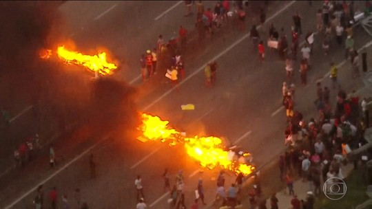Manifestantes queimam materiais e interditam Régis Bittencourt, em SP