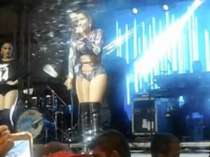 Anitta tomou 'banho' de bebida ao se despedir de platéia (Foto: Divulgação/Internauta)