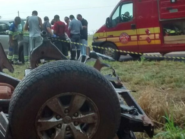 Cinco pessoas estavam no veículo no momento do acidente (Foto: Divulgação/Corpo de Bombeiros)
