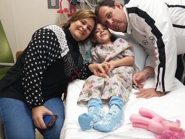 Júlia Marcheti e os pais, pouco antes da cirurgia nos Estados Unidos (Foto: Alexandre Ferraz/Arquivo Pessoal)